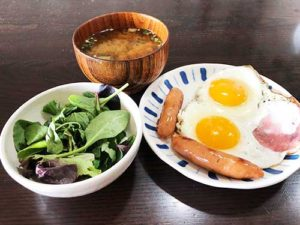 ハム 目玉焼きx2 ソーセージx2 ベビーリーフ 味噌汁